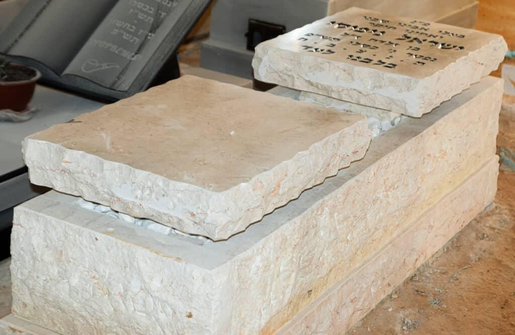 מצבת אבן חלילה